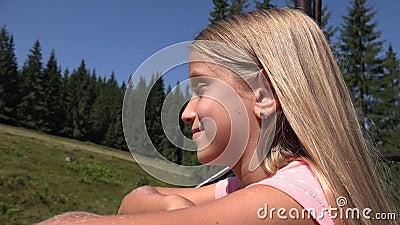 Enfant dans le télésiège, Tourist Girl in Ski Cable, Kid in Railway Mountains, Alpine clips vidéos