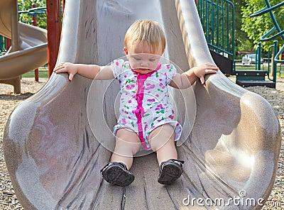 Enfant en bas âge sur la glissière