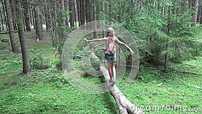 Enfant en Forest Walking Tree Log Kid jouant le bois extérieur campant de fille d'aventure clips vidéos