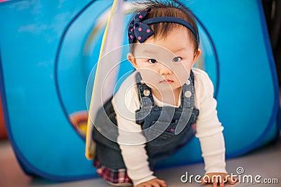 Enfant jouant des jouets