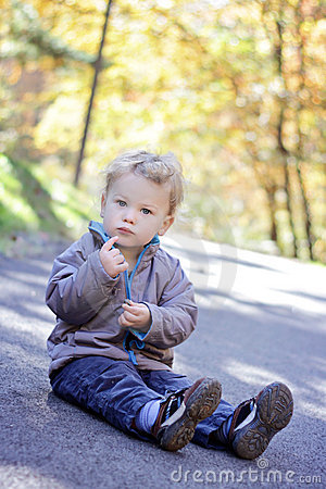 Enfant à l extérieur, automne