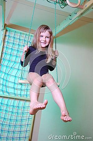 Enfant palying avec la gymnastique à la maison
