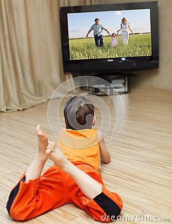 Enfant regardant la TV