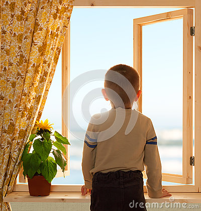 Enfant regardant par la fen tre ouverte photo stock for Par la fenetre ouverte comptine
