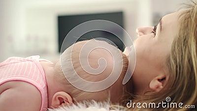 Enfantez étreindre la chéri Beau sommeil d'enfant dans l'embarce de mère banque de vidéos