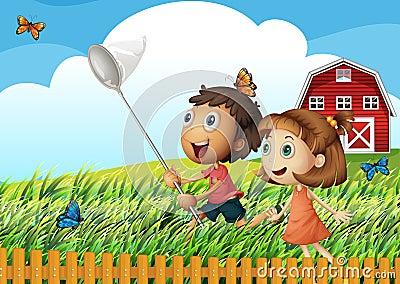 Enfants attrapant des papillons au champ