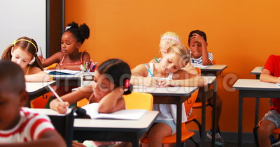 Enfants d'école faisant leurs devoirs clips vidéos
