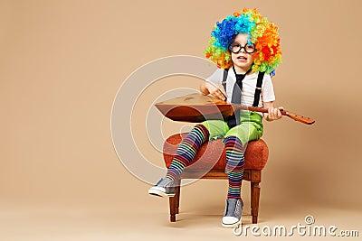 enfants joyeux le garon heureux de clown en grand non a color la perruque jouant la balalaka et le chant portrait de perruque et de lunettes de port de - Perruque Colore