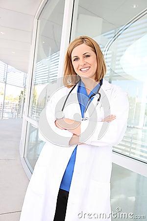 Enfermeira bonita da mulher no hospital