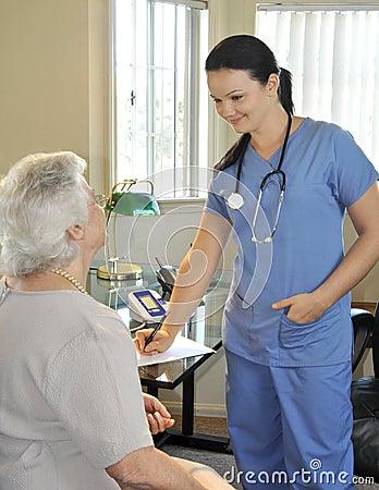 Enfermera con el paciente mayor