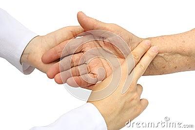 Enfermera que toma pulso