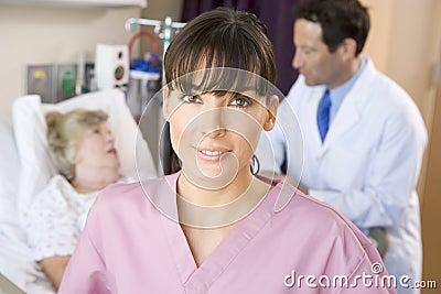 Enfermera y doctor con el paciente