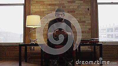 Enfoncer à l'homme s'asseyant sur le divan banque de vidéos