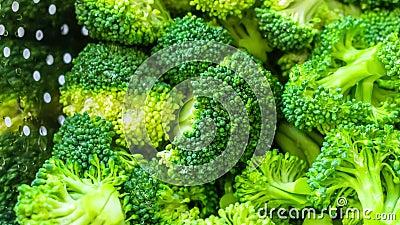 Enfoque adentro en un bróculi en un tamiz metrajes
