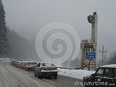 Engarrafamento no distrito de Prahova Foto Editorial