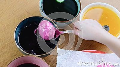 Enge Händchen mit Färbung von Ostereiern mit Ei-Färbung stock video footage