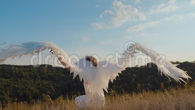 Engel flattert ihre Flügel stock video