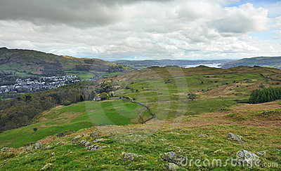 Englische Landschaft: Tal, See, Hügel, Dorf