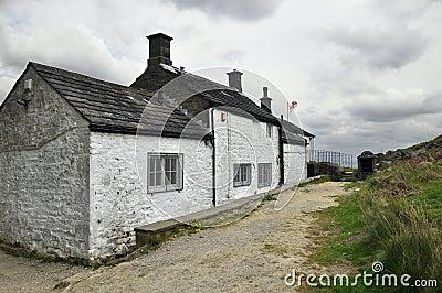 Englische Landschaftlandschaft: Haus, Spur, Markierungsfahne