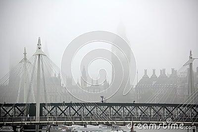 Big ben und parlamentsgebäude london marksteine kaum sichtbar im