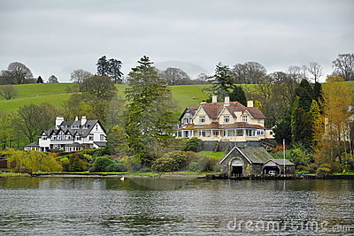 English style: luxury living on lake shore