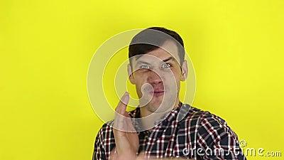 Engraçado, cara bonito e engraçado retrata um karatê, bate o ar com as mãos filme