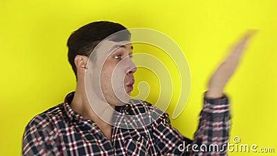 Engraçado, cara bonito e engraçado retrata um karatê, bate o ar com as mãos vídeos de arquivo