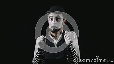 Engraçados novos mimicam a escuta a música e a dança vídeos de arquivo