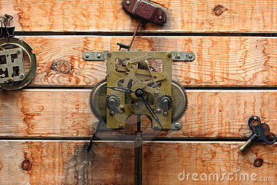 Engranajes mecánicos del reloj en la textura de madera