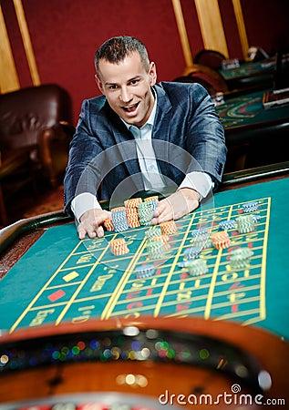 Enjeux joyeux de joueur jouant la roulette