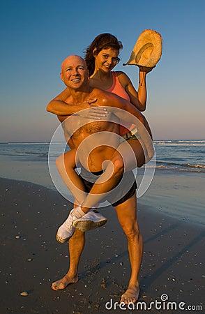 Enjoing海滩的夫妇