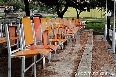 Enjoy che si siede nella prima fila