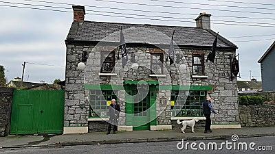 Ennis, Irlanda - 17 novembre 2017: Uomo anziano fuori di un pub tradizionale irlandese rurale in contea Clare, Irlanda archivi video