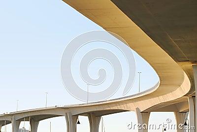 Enorme Brücke gegen einen blauen Himmel