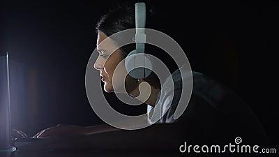 Enormes Mädchen im Headset, das den Bildschirm des Laptops ansieht, Programmfehler, Virenangriffe stock video footage