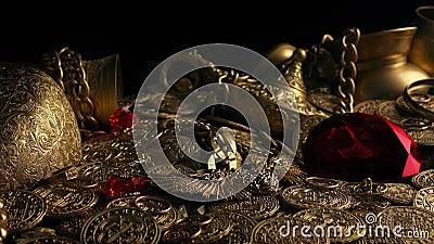 Enormes rotes Juwel im Schatz-Hort stock video