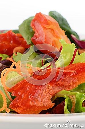 Ensalada del salmón ahumado