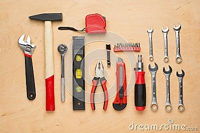 ensemble d 39 outils de bricolage sur un panneau en bois. Black Bedroom Furniture Sets. Home Design Ideas