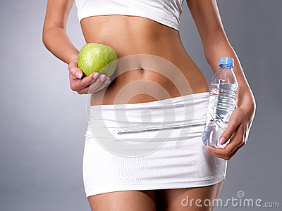 Ente femminile sano con la mela ed acqua