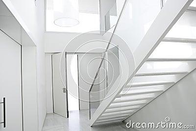 Entr e blanche d 39 architecture d 39 escalier int rieur la for Architecture de la maison blanche