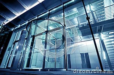 Entrée en verre à la construction moderne