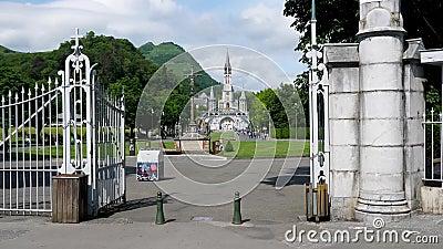 Entrée Lourdes Front zoomant dans l'église clips vidéos