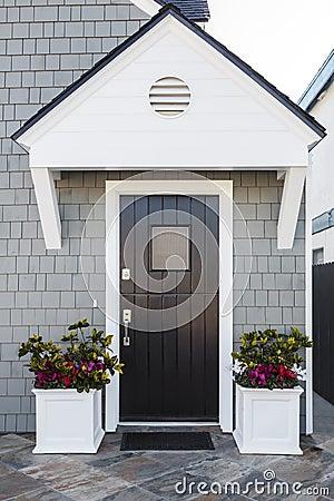 Entr e principale noire de maison avec la goutti re photo stock image 3917 - Porte principale maison ...