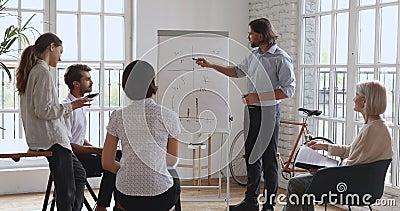 Entraîneur d'affaires masculin intelligent qui fait une présentation éducative banque de vidéos