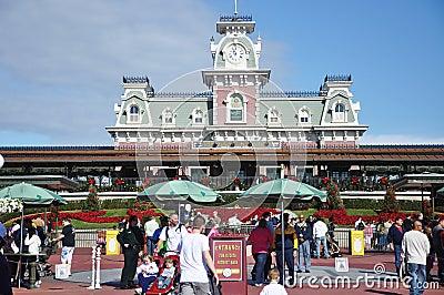 Entrada principal del reino mágico de Disney Imagen de archivo editorial