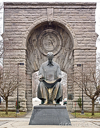 Entrance to Niagara Falls NY with statue of Nikola Tesla