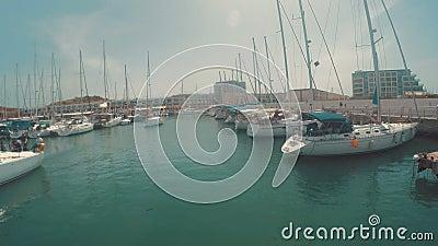 Entrar ao porto de herzliya em Israel - vista do barco video estoque