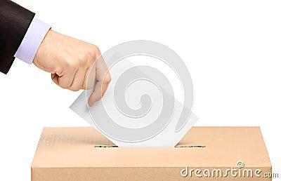 Entregue a colocação de uma cédula de votação em um entalhe da caixa