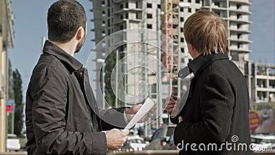 Entrepreneur et investisseur discutant le programme de construction de logements banque de vidéos