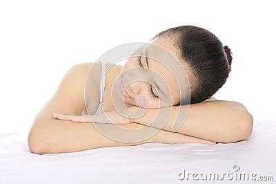 Entspannende Brunette-Frau